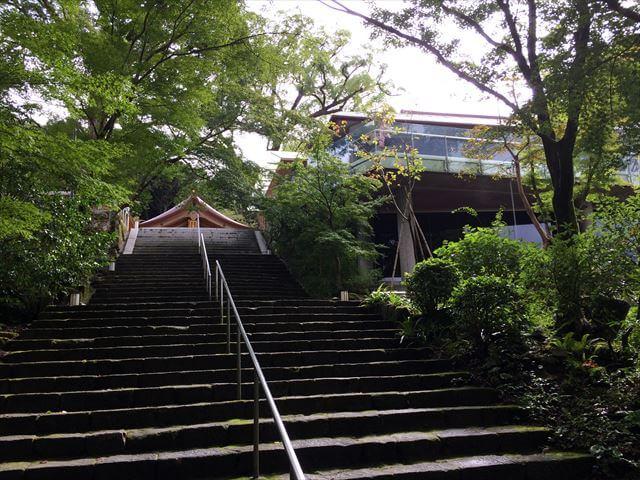 竈門神社(かまどじんじゃ)お洒落な社務所の外観(下から)
