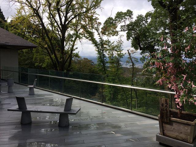 竈門神社(かまどじんじゃ)外のテラスの風景