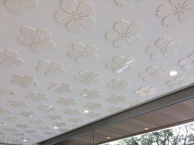 竈門神社(かまどじんじゃ)社務所の天井 梅の花の模様がたくさん