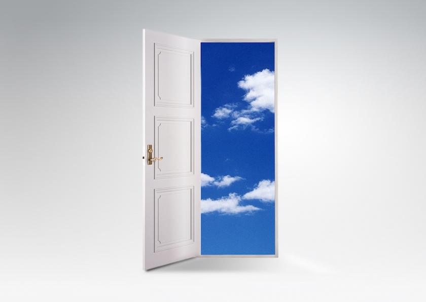 白い扉の向こうに真っ青な空と雲