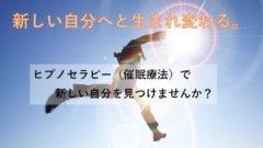 ジャンプするスーツの男性