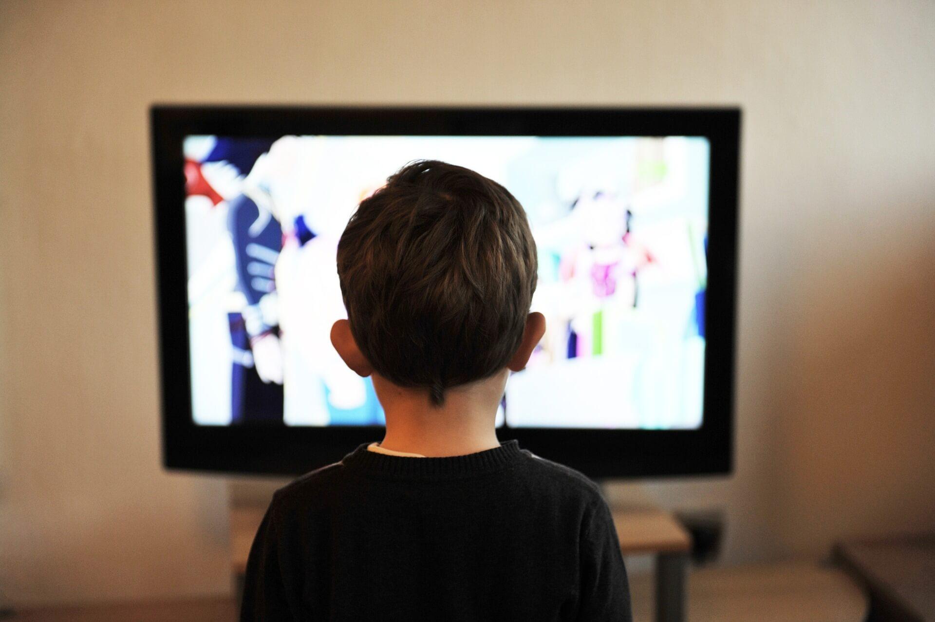 テレビに夢中になる子供