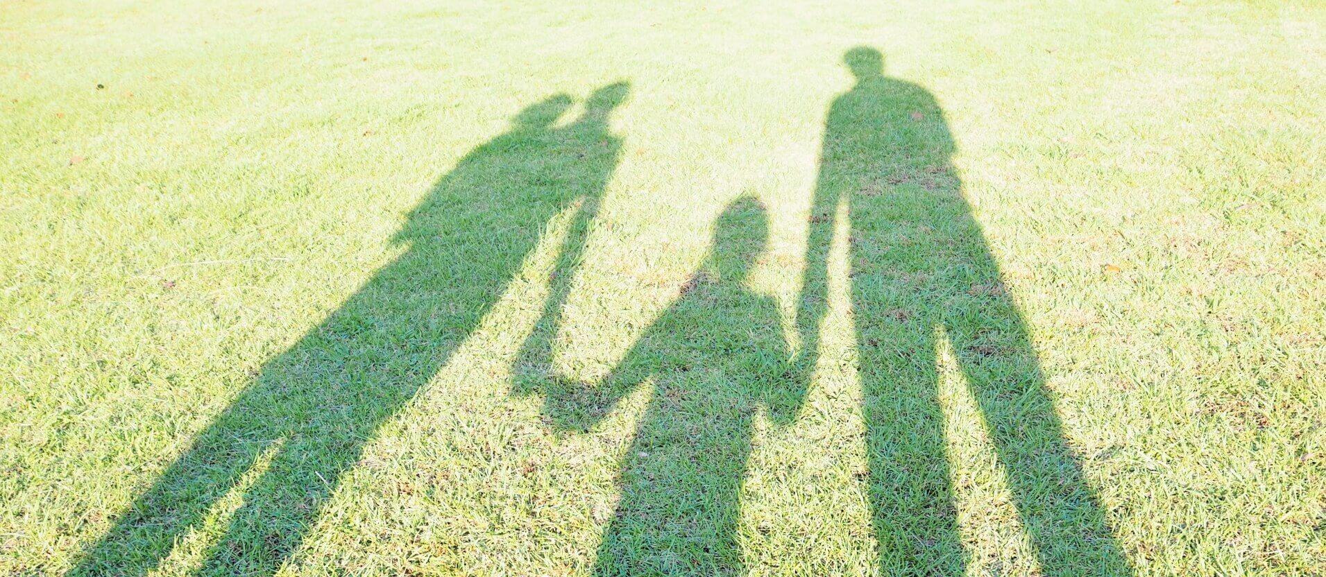 手を繋ぐ親子の影