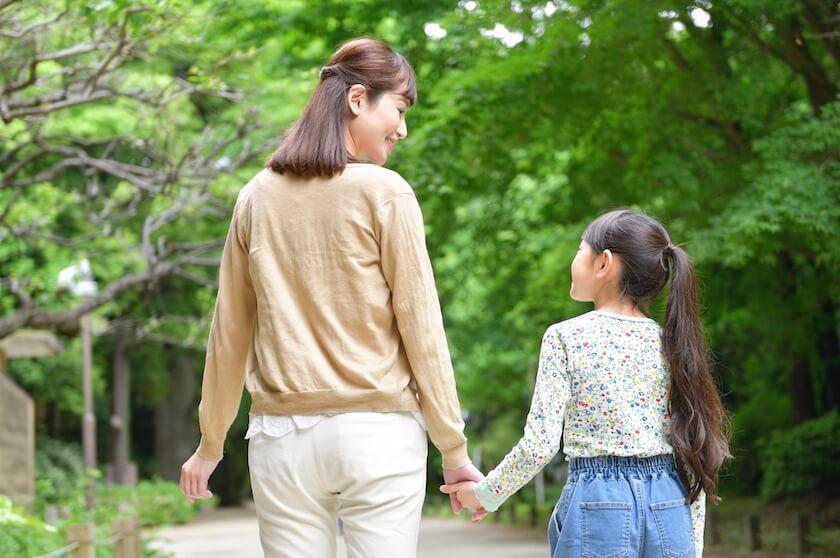 手を繋いで歩く母娘