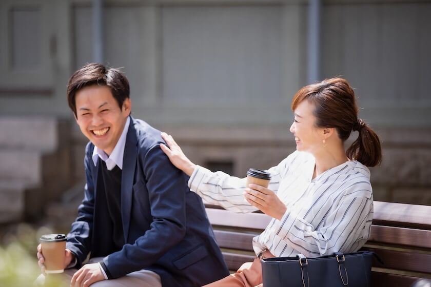笑顔で談笑する男女