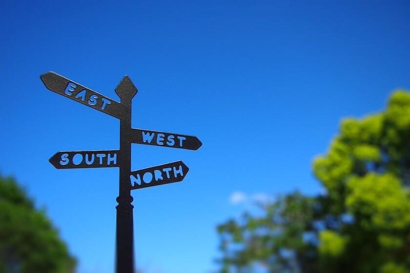 道標と青空