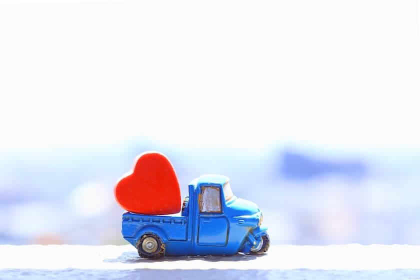 ハートを荷台に積んだ青いトラックのミニカー