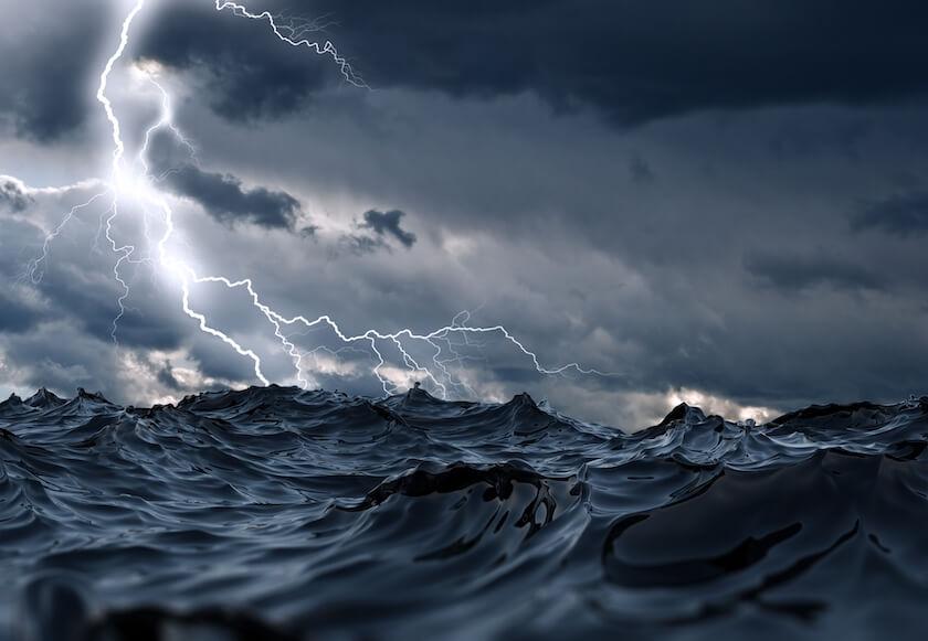 荒れる海と稲妻