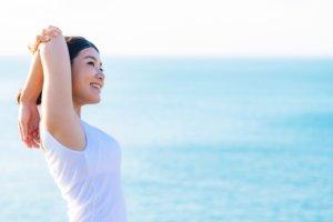 海でストレッチをする女性