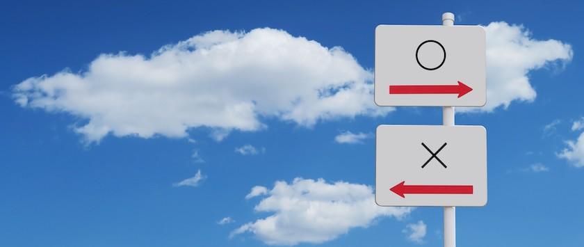 青空と雲と標識(丸とばつ)