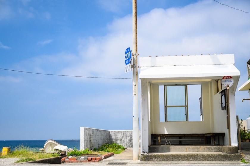 バス停と青い空